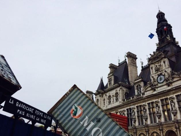 """""""Un monument dédié au siècle des révolutions"""" (Chto Delat), instalação na praça do Hôtel de Ville de Paris durante o início da programação, percurso Centro<br />Foto Marcelo Terça-Nada"""