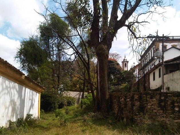 Próximo à igreja Nossa Senhora do Carmo, quintal com árvore limitado por arrimo de pedras<br />Foto Abilio Guerra