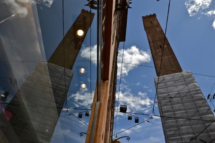 Centro Histórico de Bolonha, Torre Asinelle duplicada em vitrine de loja<br />Foto Fabio Jose Martins de Lima