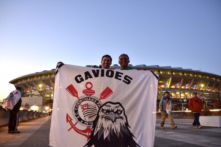 Torcida na frente do estádio de Yokohama<br />Foto Roberto Abramovich