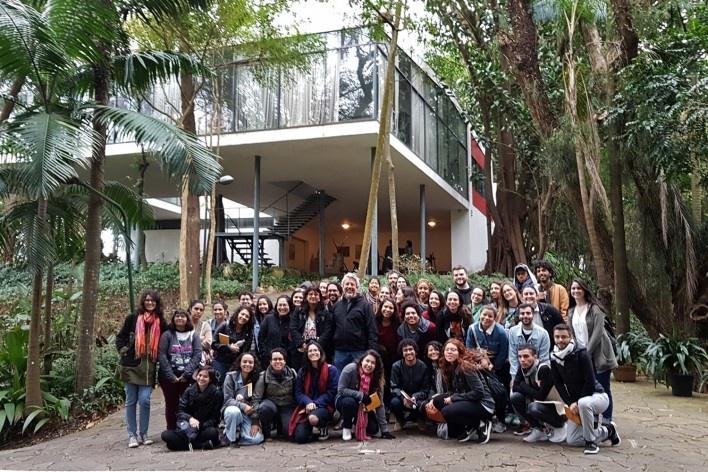 Viagem Pé na Estrada São Paulo. Visita do grupo com Renato Anelli à Casa de Vidro<br />Foto divulgação  [Acervo Pé na Estrada, 2018]