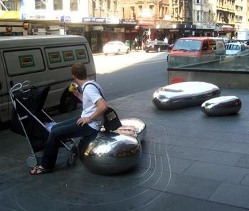 Mobiliário urbano e calçamento adequado a usos diferentes