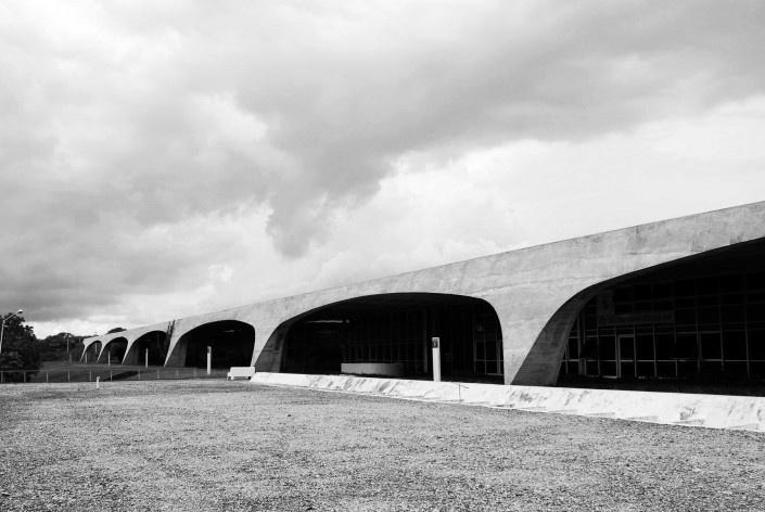 Escola Superior de Administração Fazendária – ESAF, detalhe dos pórticos da fachada posterior, Brasília DF<br />Foto Daniel Corsi