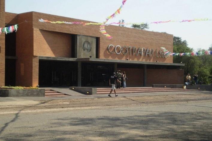 Cootrapar – cooperativa de trabajadores de aceros del paraguay. Exterior, foyer completo. Arq. Luis Alberto Elgue y Arq. Cynthia Solis Patri. Villa Hayes, Paraguay. 2007 – 2008.