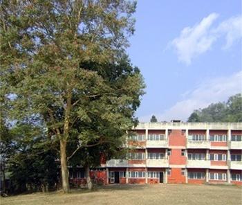 Edifício com salas de aula<br />Foto de Denise Teixeira e Luís Barbieri