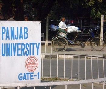 portão da Universidade do Panjab<br />Foto de Denise Teixeira e Luís Barbieri