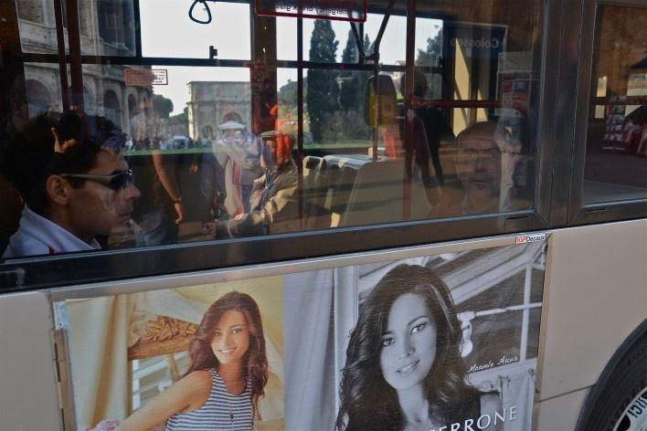 Contaminações, patrimônio visto através de janela de ônibus urbano, parte do Coliseu e publicidade<br />Foto Fabio José Martins de Lima