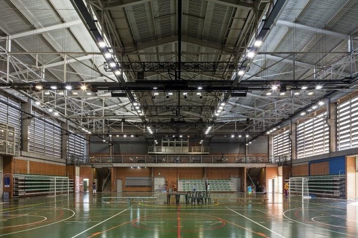 Sesc Araraquara, ginásio esportivo, 2000. Arquitetos Abrahão Sanovicz e Edson Jorge Elito<br />Foto Leonardo Finotti