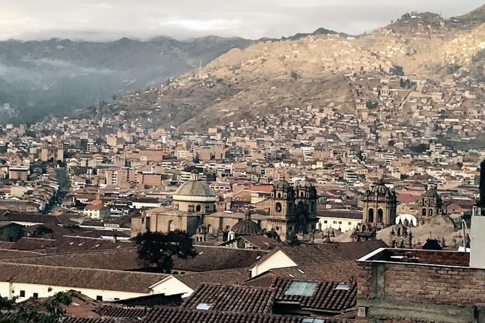 Vista da zona central e encostas adjacentes de Cusco desde San Blas<br />Foto José Lira