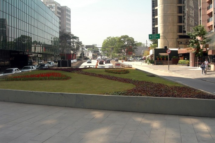 Oficina de desenho urbano MCB, canteiro na avenida Faria Lima sobre a entrada do túnel, São Paulo, 2011<br />Foto Abilio Guerra