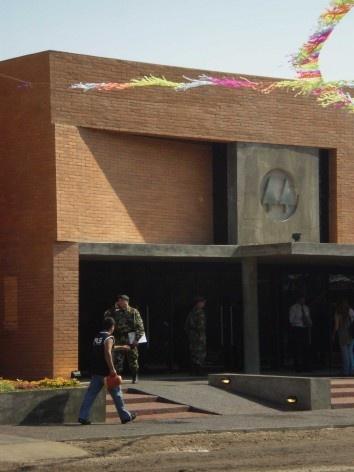 Cootrapar – cooperativa de trabajadores de aceros del paraguay. Exterior, detalle de acceso. Arq. Luis Alberto Elgue y Arq. Cynthia Solis Patri. Villa Hayes, Paraguay. 2007 – 2008.