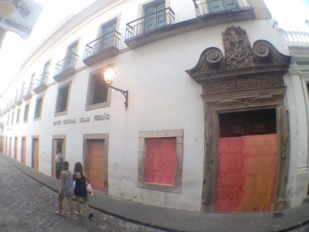Janelas e portas do Centro Cultural Solar Ferrão, no Centro Histórico de Salvador, protegidas com tapumes<br />Foto Volha Yermalayeva Franco