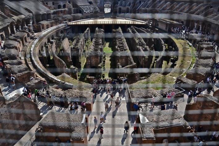 Contaminações, patrimônio visto através de gradil metálico, parte do Coliseu<br />Foto Fabio José Martins de Lima