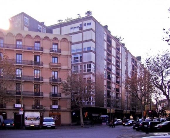 Foto del edificio Mediterráneo desde la calle Conde de Urgell<br />Foto Nicolás Sica Palermo
