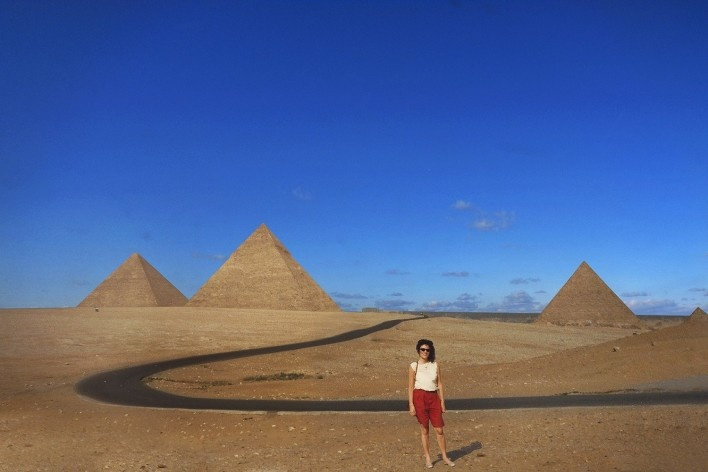 Alexandrina Mori nas Pirâmides, Cairo, Egito, 1990<br />Foto Victor Hugo Mori