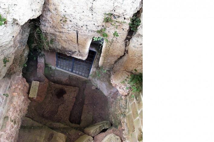 Cripta del Crucefisso, acesso original do século 12 reaberto pelos arqueólogos com tumbas na entrada<br />Foto Victor Hugo Mori