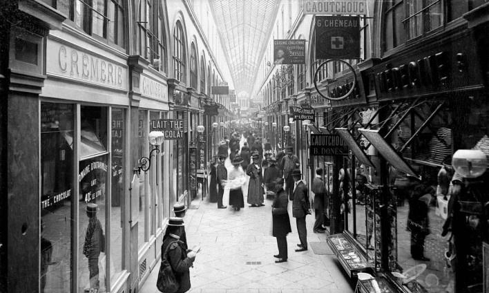 Passagem Choiseul em Paris, c.1900<br />Foto Roger-Viollet