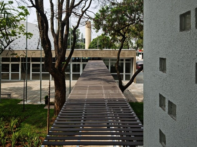 Centro de capacitação dos profissionais da educação Dra. Zilda Arns. Pátio, Carolina Penna Arquitetura e Urbanismo, 2008 – 2011. São Caetano do Sul, SP - Brasil<br />foto Nelson Kon