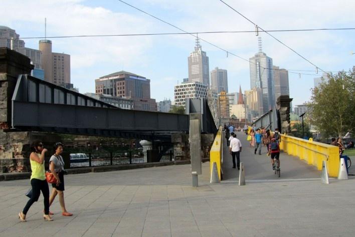 Ponte de pedestres no centro financeiro<br />Foto Gabriela Celani