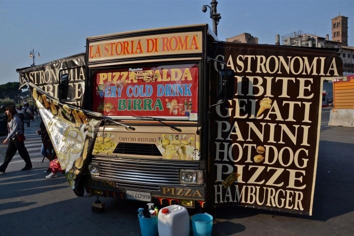 Carro lanchonete em frente ao Coliseu<br />Foto Fabio José Martins de Lima