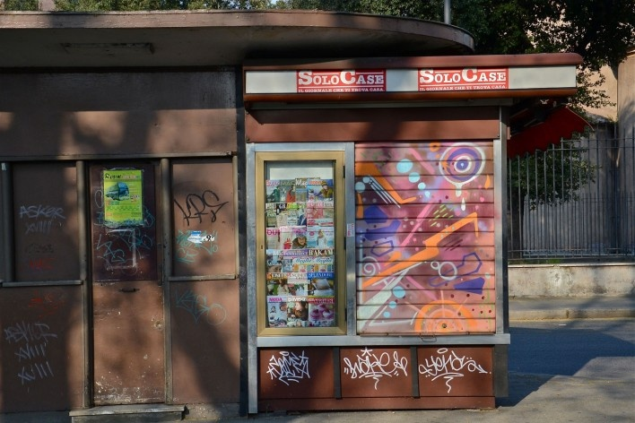 Contrastes, abrigo de ônibus e quiosque no centro urbano de Roma<br />Foto Fabio José Martins de Lima
