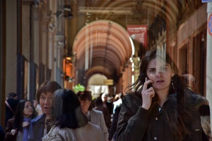 Centro Histórico de Bolonha, pedestres abrigados nos pórticos<br />Foto Fabio Jose Martins de Lima