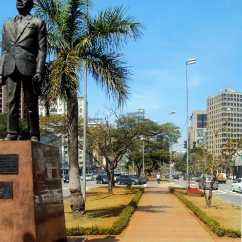 Oficina de desenho urbano MCB, estátua do Prefeito Faria Lima, perdida na ilha central da avenida, São Paulo, 2011<br />Foto Lucas Lavecchia e Paulo Scheuer