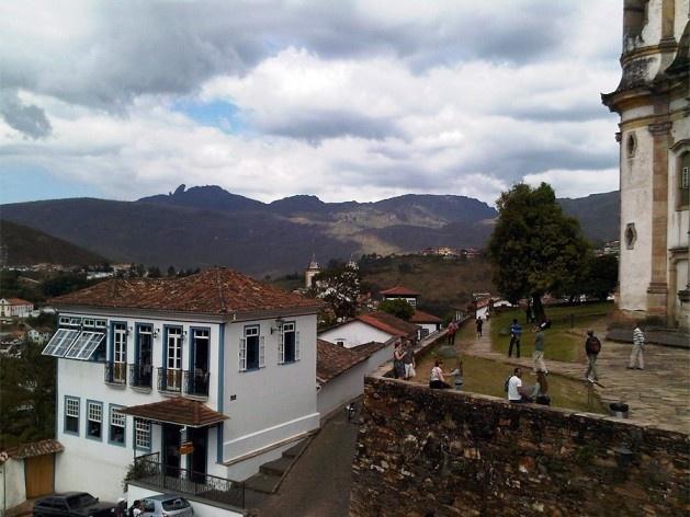Circundando a igreja São Francisco de Assis, adro em pedra sobre plataforma e muro de arrimo<br />Foto Abilio Guerra
