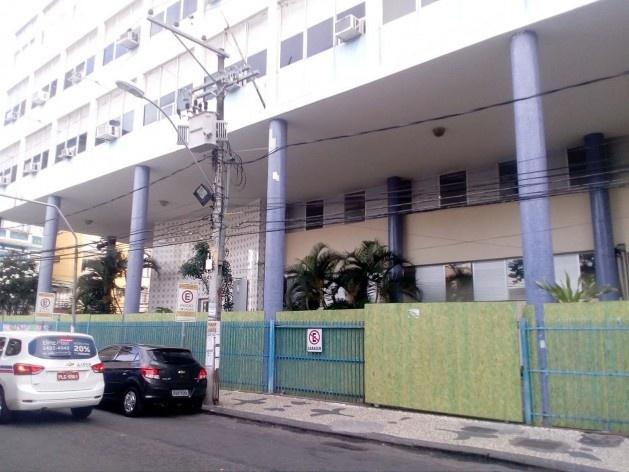 A Faculdade de Economia da Universidade Federal da Bahia, na praça da Piedade, protegida pelos tapumes<br />Foto Volha Yermalayeva Franco
