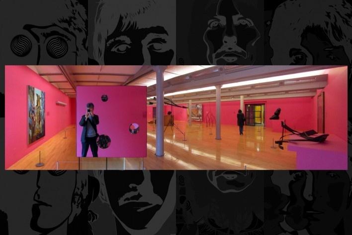 Tate Gallery, sala de exposição com peça espelhada transformando a imagem do fotógrafo em objeto de arte<br />Foto Victor Hugo Mori