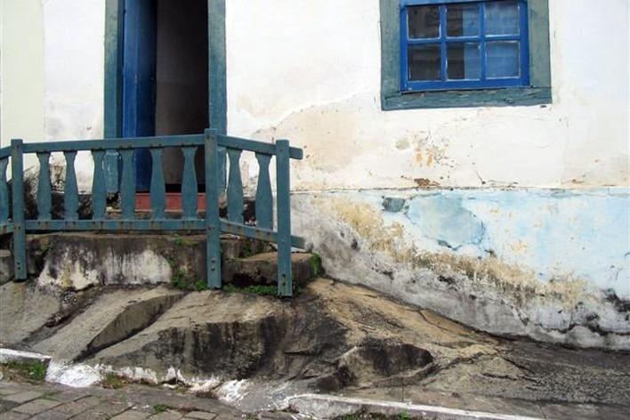 Bloco de pedra aflorante levando à entrada de casa no centro histórico, Goiás Velho<br />Foto Luís Magnani