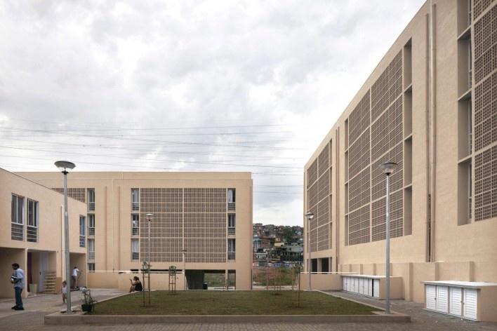 Obra Concluída: Páteo entre edifícios<br />Foto Leonardo Finotti