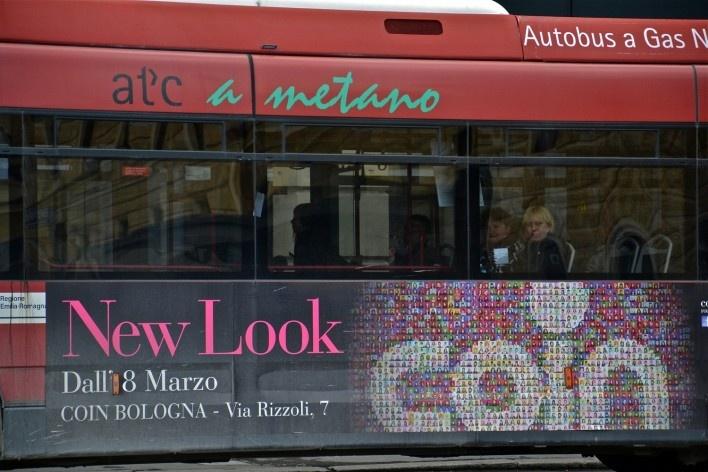Bologna Centrale refletida em ônibus a metano, com engenho publicitário<br />Foto Fabio Jose Martins de Lima