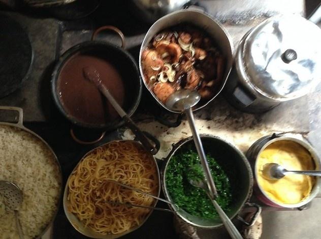 Prepared local food in wood stove<br />Foto Fabio Lima