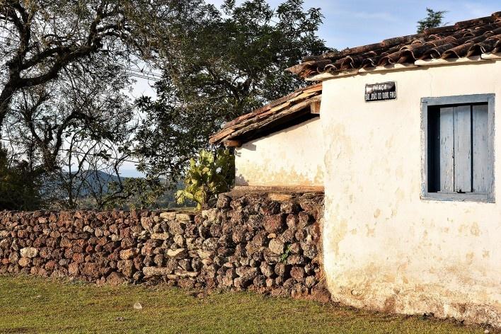 Muro de alvenaria de pedra seca, construído em canga, da casa paroquial da Capela de São João Batista, Ouro Preto MG, 2015<br />Foto Elio Moroni Filho