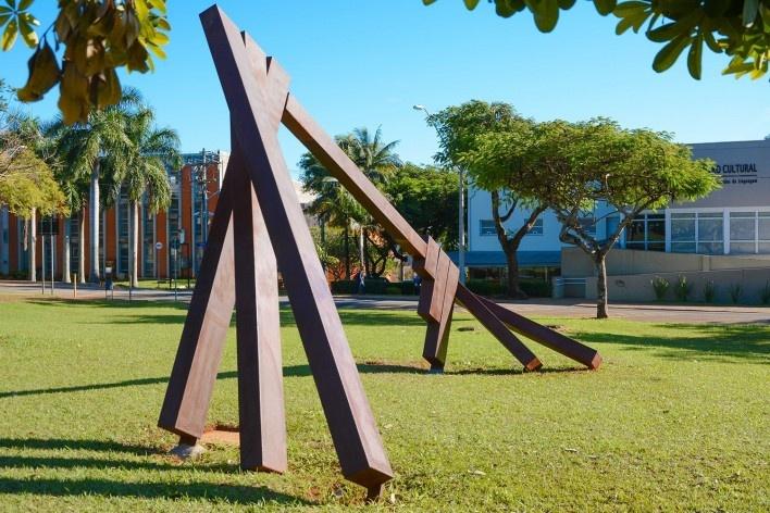 <i>Eixo Paralelo ao da Rotação da Terra</i>, escultura pública de Marco do Valle na Unicamp, novembro de 1987<br />Foto Melissa Vendite