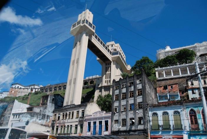 Centro Histórico de Salvador, aspecto de casarões na encosta e o Elevador Lacerda<br />foto Fabio Jose Martins de Lima
