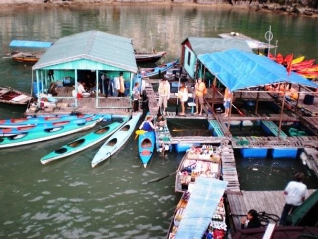 Baía de Ha Long: mercado flutuante <br />Foto Lucia Maria Borges de Oliveira