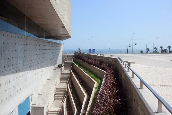 Lugar de la Memória, la Tolerância y la Inclusión Social, vista dos terraços e praça voltados a cidade, Lima, Perú. Arquitetos Barclay & Crousse<br />Foto Bruno Carvalho, abr. 2017