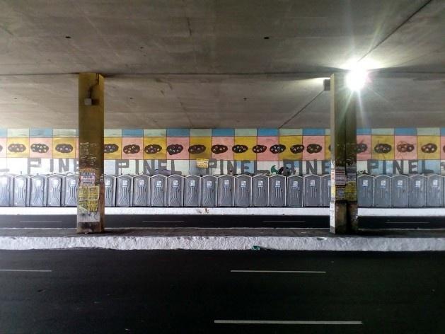 Fileiras de banheiros químicos nos arredores do circuito Osmar<br />Foto Volha Yermalayeva Franco