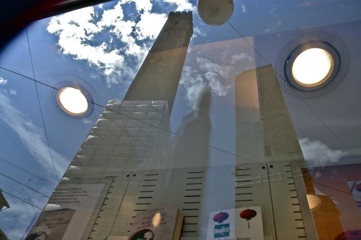 Centro Histórico de Bolonha, Torres Asinelle e Garisenda, na Piazza Ravegnana refletidas em vitrine de loja<br />Foto Fabio Jose Martins de Lima