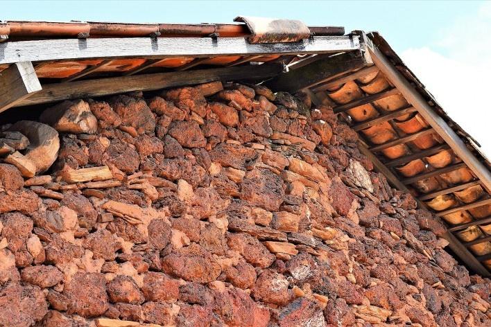 Parede externa de residência, feita de canga (concreção ferruginosa) argamassada com terra, Ouro Preto MG, 2014<br />Foto Elio Moroni Filho
