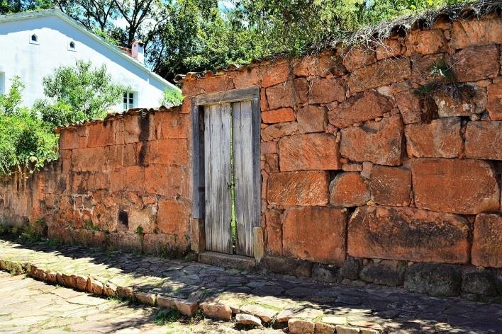 """Muro de alvenaria de pedra seca denominado """"moledo"""" pelos habitantes de Tiradentes MG, 2014<br />Foto Elio Moroni Filho"""