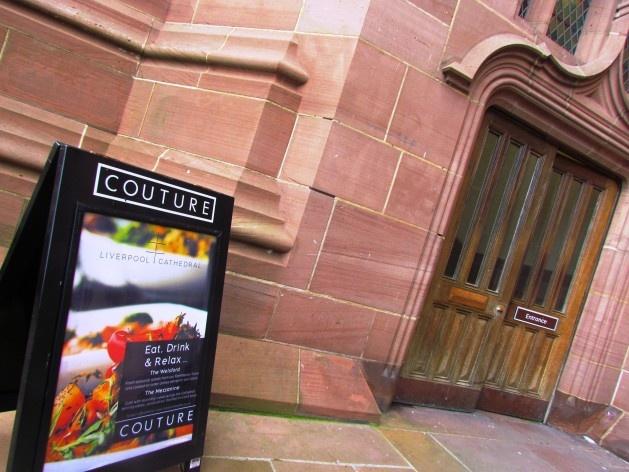 Placa com informações sobre o restaurante da Catedral de Liverpool<br />foto Ana Paula Spolon