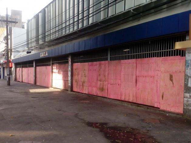 Tapumes protegendo a grade da agência da Caixa Econômica na avenida Sete de Setembro<br />Foto Volha Yermalayeva Franco