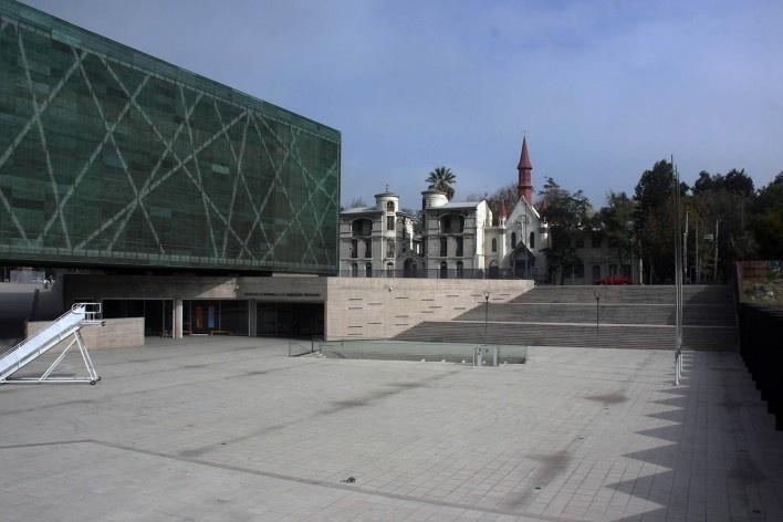 Museo de la Memória y los Derechos Humanos, vista da praça da entrada do museu, Santiago, Chile. Arquitetos Mario Figueroa, Lucas Fehr e Carlos Dias/ Estúdio América<br />Foto Bruno Carvalho, mai. 2016