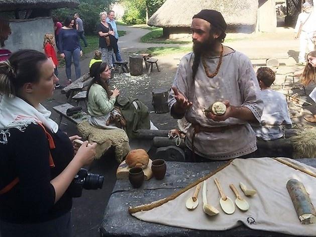 Voluntários do museu vestidos a caráter produzem peças artesanais de madeira<br />Foto Ana Carolina Brugnera / Lucas Bernalli Fernandes Rocha