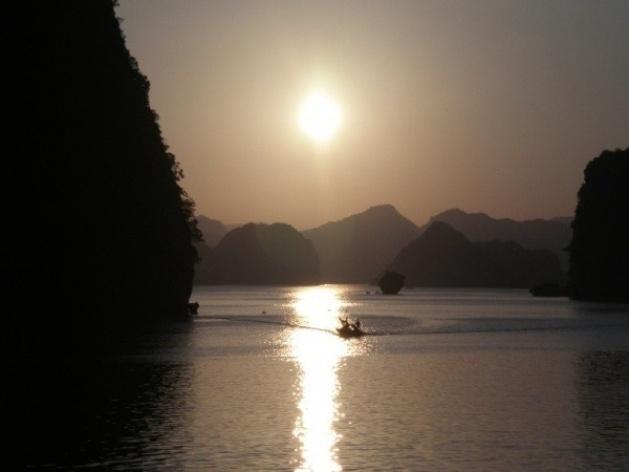 Baía de Ha Long, fim de tarde<br />Foto Lucia Maria Borges de Oliveira