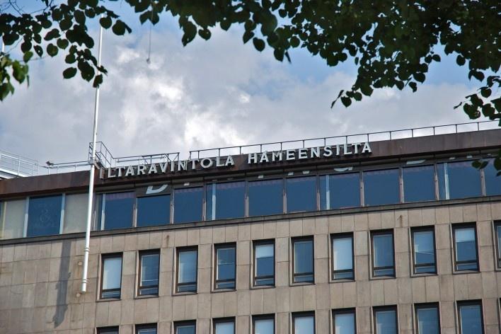 Aspecto de edifício no centro urbano com engenho publicitário no topo<br />Foto Fabio Lima