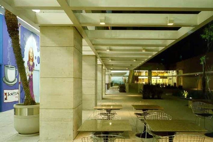 Passagem coberta, acessando lojas, cafés, restaurantes, cinemas, praça de acesso coletivo e edifícios com programas diversos<br />Foto Nelson Kon